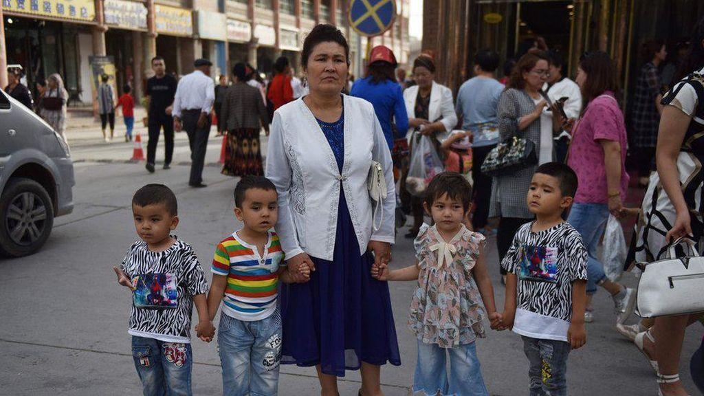 Peneliti: China Paksa Wanita Uighur Pasang Kontrasepsi untuk Tekan Populasi