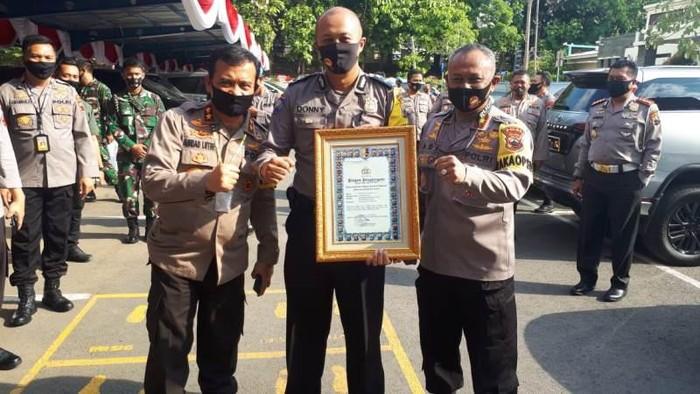 Aipda Donny Sugiyarto menerima Pin Emas Kapolri di Polda Jateng, Rabu (1/7/2020).