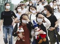 Sejumlah pengunjung pun berdatangan untuk bermain di taman hiburan yang sebelumnya ditutup sejak akhir Februari lalu guna mencegah penyebaran virus Corona. Kyodo News via AP Photo.