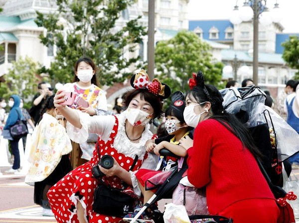 Terkait dengan kembali dibukanya Disneyland dan Disneysea Tokyo, ada sejumlah aturan baru yang harus diketahui terkait dengan penerapan protokol kesehatan di taman hiburan tersebut. Salah satunya, Seluruh pengunjung wajib memesan tiket secara online dengan maksimal lima tiket dalam satu kali pemesanan. Oriental Land tak menyebut secara rinci jumlah pengunjung setiap harinya, namun taman hiburan Disneyland dan Disneysea cuma bisa menampung 50 persen pelancong dari kapasitas seharusnya. Kyodo News via AP Photo.