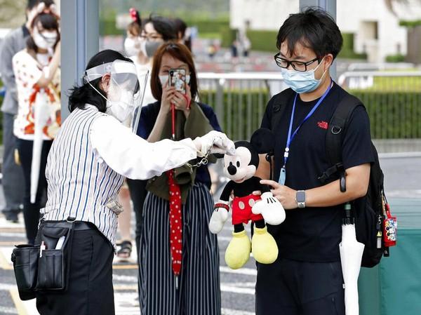Selain itu, Kyodonews menyebut atraksi dan restoran melayani jumlah pengunjung yang lebih kecil ketimbang biasanya. Sementara itu, pertunjukan dan parade, termasuk atraksi malam hari Tokyo Disneyland Electrical Parade Dreamlights, tak dihelat untuk sementara. Kyodo News via AP Photo.