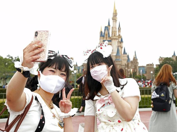 Diketahui, Disneyland jadi salah satu taman hiburan yang ditutup guna mencegah penyebaran virus Corona. Kini, Disney berencana untuk membuka lagi 12 taman hiburannya di seluruh dunia pada pertengahan Juli 2020 kendati sempat muncul petisi penolakan. Disneyland Shanghai menjadi yang pertama dibuka saat COVID-19, yakni pada 11 Mei. Di bulan berikutnya, Disneyland Hong Kong mengikuti. Berikutnya, dijadwalkan Disneyland Paris yang akan membuka pintu gerbang, rencananya pada 15 Juli. Disney World di Orlando, Florida rencananya dibuka mulai 11 Juli, namun belum final setelah pemilik kartu langganan dan pegawai meminta agar pengelola menimbang keamanan dan kesehatan saat pandemi virus Corona. Kyodo News via AP Photo.