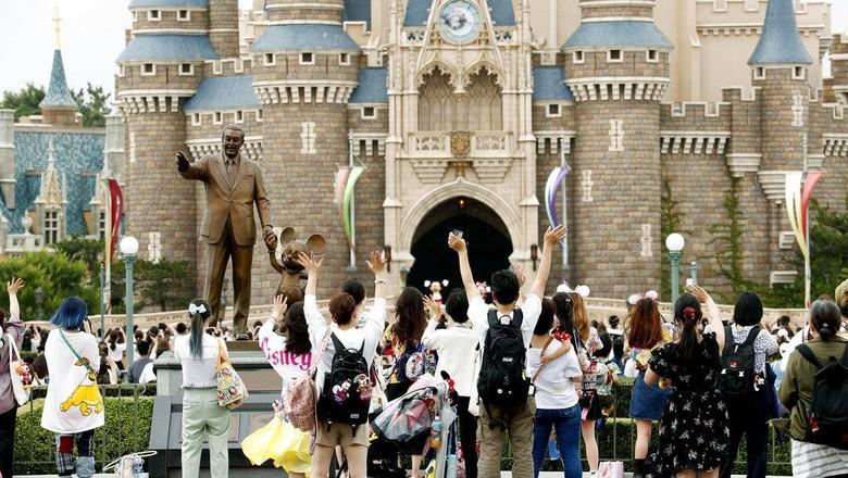 Disneyland Tokyo kembali dibuka untuk umum hari ini, Rabu (1/7). Taman hiburan itu sebelumnya ditutup guna cegah penyebaran COVID-19.