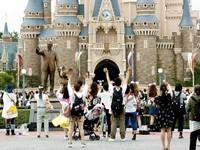 Disneyland dan Disneysea Toko kembali dibuka untuk umum, hari ini, Rabu (1/7/2020). Kyodo News via AP Photo.