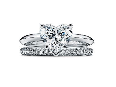 Cincin berlian berbentuk hati.