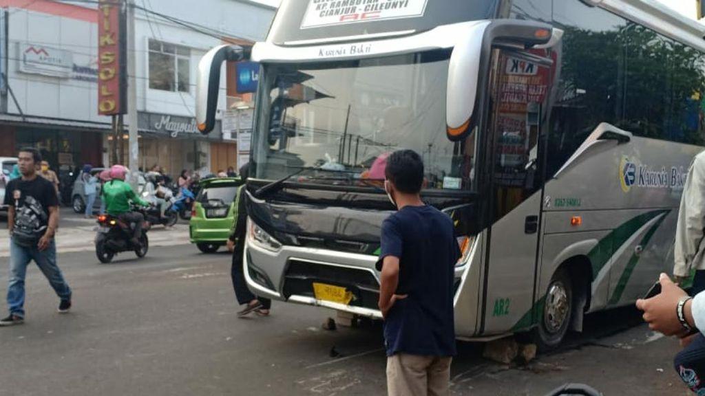 Bus Tabrak 4 Motor di Cianjur, 1 Orang Tewas