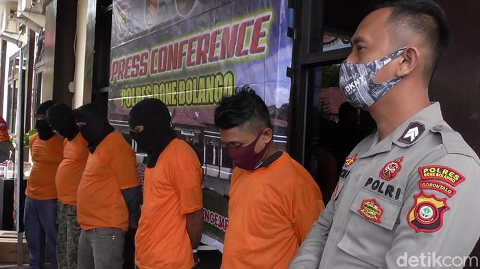 Empat komplotan pencuri di SMP di Gorontalo ditangkap. Dua pelaku merupakan pegawai honor di sekolah tersebut (Ajis Khalid/detikcom)