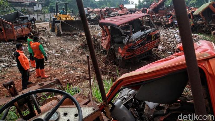 Ratusan truk sampah milik Pemprov DKI Jakarta yang sudah rusak dikumpulkan di sebuah area lapangan di Pesanggrahan, Jakarta. Yuk lihat kuburan truk sampah tersebut.