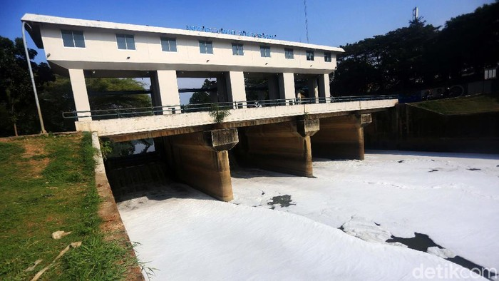Aliran air Kanal Banjir Timur kembali dipenuhi busa. Busa ini diduga berasal dari limbah domestik.