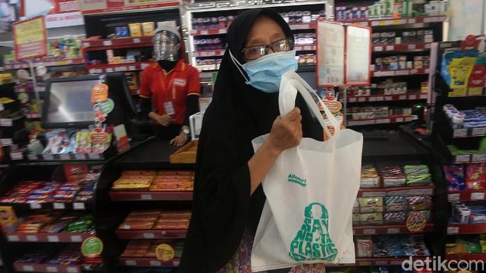 Larangan penggunaan kantong plastik di DKI Jakarta mulai berlaku hari ini. Sejumlah warga pun mulai menggunakan kemasan ramah lingkungan.