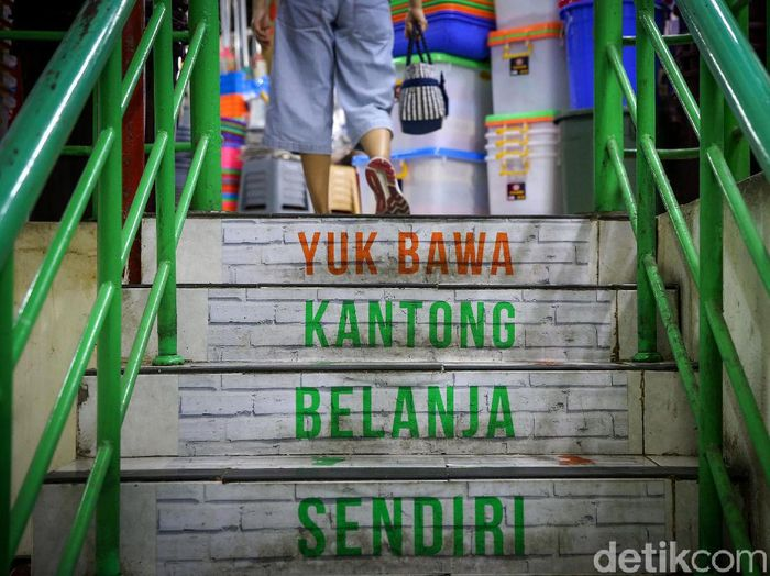 Mulai hari ini DKI Jakarta wajibkan warganya gunakan kantong belanja ramah lingkungan. Warga pun kini gunakan kantong ramah lingkungan saat berbelanja