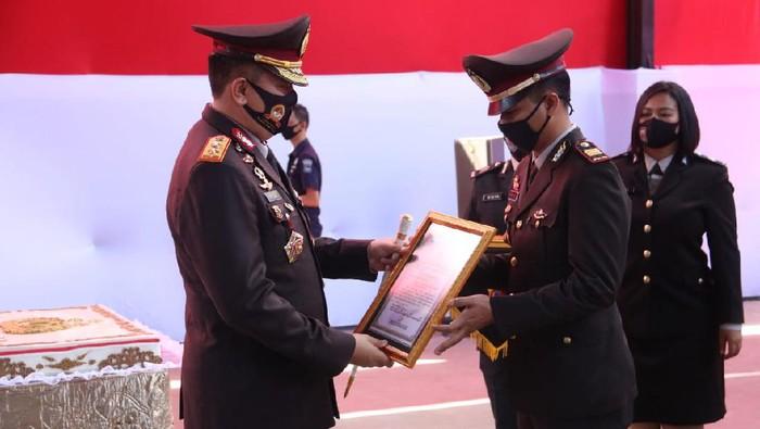 Kapolda NTB Irjen Mohammad Iqbal memberikan penghargaan kepada Kasat Reskrim Polres Lombok Tengah AKP Priyo Suhartono.