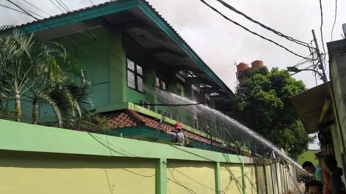 Kebakaran di SMAN 100 Jaktim Hanguskan Ruang Wakil Kepsek hingga Lab