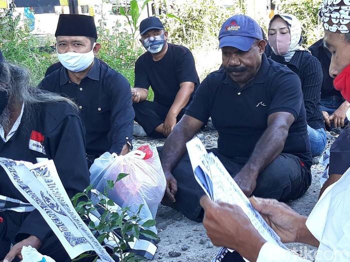 Tepat satu tahun kasus tabrak lari Overpass Manahan Solo berlalu. Keluarga korban meninggal Retnoning Tri hari ini menggelar ruwatan di bawah overpass.