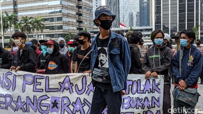 Puluhan pelajar yang mengatasnamakan Aliansi Pelajar Tangerang berunjukrasa di depan Kemendikbud, Jakarta, Rabu (1/7). Mereka menyampaikan sejumlah tuntutan.