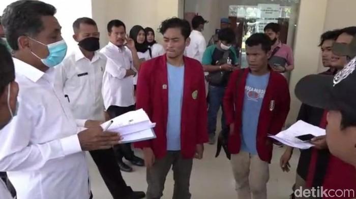 Mahasiswa mendatangi kantor Disnakertrans Sultra. Mereka menuntut transparansi soal keahlian TKA China (Sitti Harlina/detikcom)