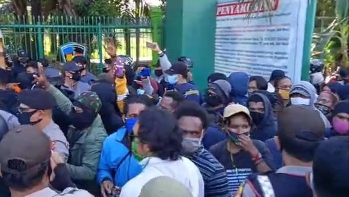 Mahasiswa Papua di Makassar menggelar aksi di depan pintu 2 UMI, Rabu (1/7/2020) sore.