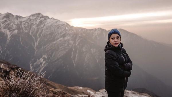 Berbalut jaket tebal dan topi, Nikita Willy terlihat cantik dengan latar gunung yang indah. (Nikita Willy/Instagram)