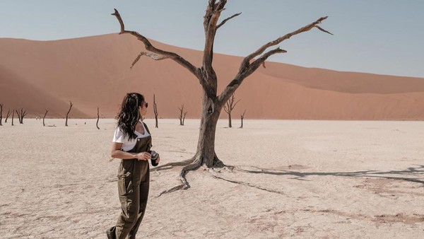 Nikita Willy pernah mengunjungi salah satu destinasi menarik di Namibia, yaitu padang pasir Deadvlei yang memiliki beberapa pohon aracia. (Nikita Willy/Instagram)