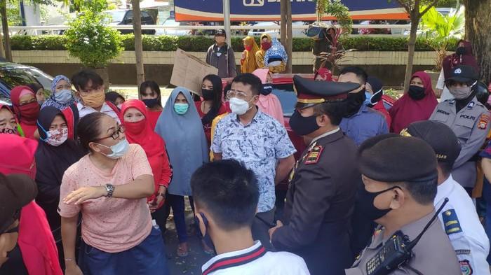 Para PKL menggeruduk Balai Kota Makassar, Rabu (1/7/2020).