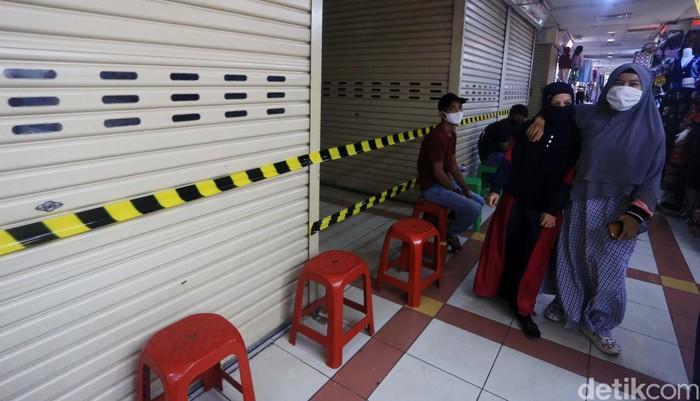 Perumda Pasar Jaya memutuskan untuk menutup sebagian Pasar Tanah Abang Blok B. Hal ini karena di area yang ditutup terdapat pedagang yang dinyatakan COVID-19.