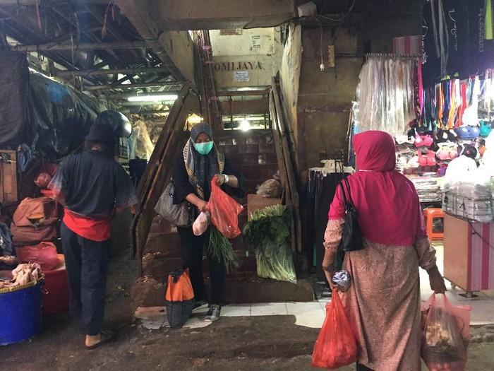 Pedagang dan Pembeli di Pasar Minggu Gunakan Kantong Plastik