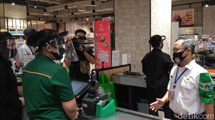 Pemprov DKI Cek Penerapan Aturan Kantong Plastik di Mal.