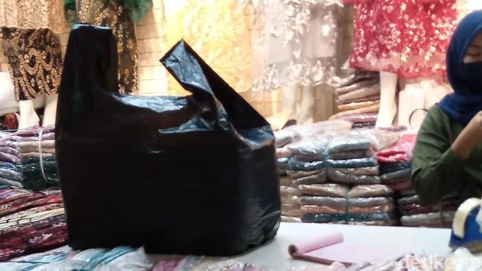 Penggunaan kantong plastik di Pasar Tanah Abang