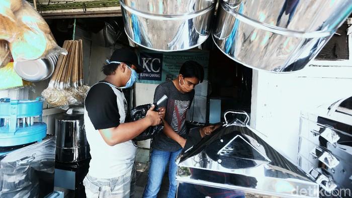 Perajin kompor dan peralatan dapur di Cawang, Jakarta Timur, terus berjuang di tengah pandemi. Kini pembeli peralatan dapur itu tidak lagi seperti dulu.