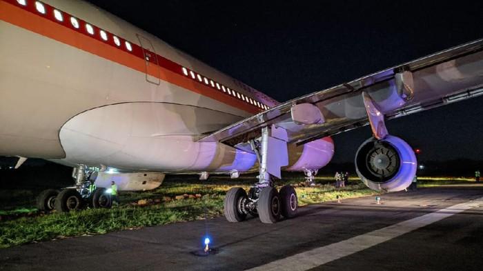 Pesawat Garuda Indonesia GA613 yang tergelincir di Bandara Sultan Hasanuddin, Maros, Sulsel, saat hendak lepas landas (take off) (dok. istimewa)