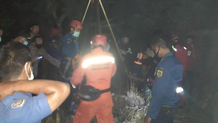 Petugas Damkar saat mengevakuasi korban yang tercebur sumur (Foto: dok Istimewa)