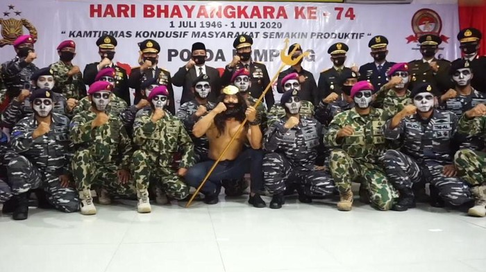 Polda Lampung menerima hadiah dari Neptunus Marinir TNI AL di Hari Bhayangkara ke-74 (dok. Istimewa)