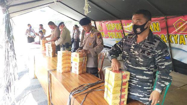 Polda Lampung menerima hadiah dari 'Neptunus' Marinir TNI AL di Hari Bhayangkara ke-74 (dok. Istimewa)