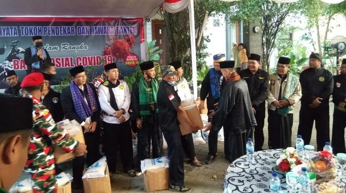 Polisi di Banten mengisi Hari Bhayangkara dengan membagikan sembako ke warga serta menyerahkan bantuan peti mati ke Gugus Tugas (M Iqbal/detikcom)