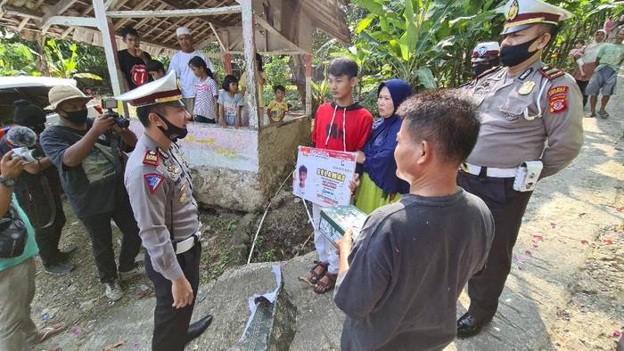 Polisi di Sukabumi serahkan SIM gratis ke seorang remaja