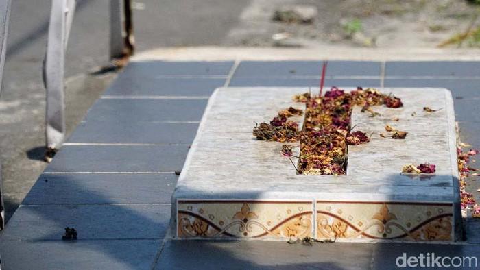 Bicara soal makam yang terletak di lokasi tak biasa, ternyata ada juga di Kota Solo. Tepatnya di pinggir jalan kampung Teposanan, Kelurahan Sriwedari, Solo.