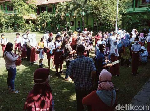 Suasana penerimaan peserta didik baru (PPDB) di SMPN 1 Klaten ramai dengan para orang tua dan calon siswa. Para pendaftar datang ke sekolah dan tak mendaftar secara online.