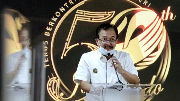 Direktur Utama PT Jamkrindo Randi Anto (tengah)  bersama dengan jajaran Direksi PT Jamkrindo melakukan pemotongan tumpeng untuk merayakan hari ulang tahun (HUT) ke-50  pada tanggal 1 Juli 2020 di Kantor Pusat PT Jamkrindo, Jakarta.