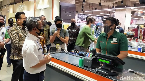 Kepala Dinas Lingkungan Hidup, Andono Warih memantau toko swalayan yang berada di dalam mal. Dia pun menanyakan penerapan penggunaan kantong belanja ramah lingkungan. (Tasya/detikcom)