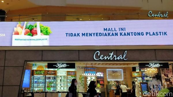 Salah satu mal di Jakarta, Grand Indonesia telah menerapkan kewajiban menggunakan kantong belanja ramah lingkungan pada pengunjung. Pemberitahuan pun terpampang di beberapa LED dan poster. (Tasya/detikcom)