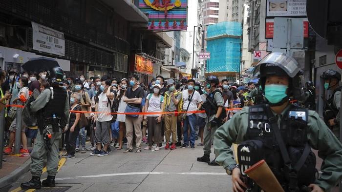 Polisi bekuk ratusan orang yang ikut dalam aksi di hari peringatan 1 Juli. Demonstran pro-demokrasi gelar aksi protes terkait disahkannya UU Keamanan Nasional.