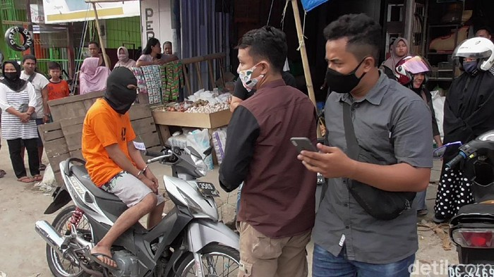 Reka adegan pencurian belasan karung bawang dan kacang di pasar Wonomulyo, Polman (Abdy Febriady/detikcom)