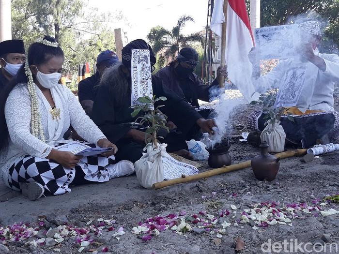 Ruwatan keluarga korban tabrak lari di Overpass Manahan Solo, Rabu (1/7/2020).