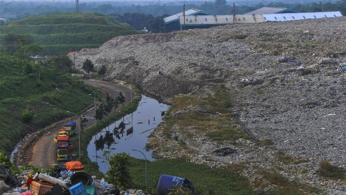 Sejumlah truk sampah menunggu antrean di Tempat Pembuangan Sampah Terpadu (TPST) Bantargebang, Bekasi, Jawa Barat, Senin (1/5/2020). Menurut data Dinas Lingkungan Hidup DKI Jakarta, usai lebaran rata-rata jumlah sampah yang datang ke TPST Bantargebang  menurun dari tahun 2019 yaitu 7.145 ton per hari menjadi 6.602 ton per hari akibat adanya Pembatasan Sosial Berskala Besar (PSBB) yang berdampak pada aktifitas di pusat perbelanjaan dan kuliner. ANTARA FOTO/ Fakhri Hermansyah/pras.