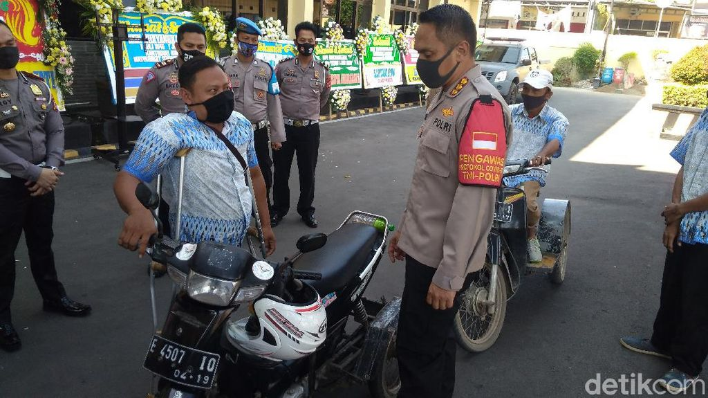 HUT Bhayangkara, Difabel Cirebon Dapat SIM Gratis
