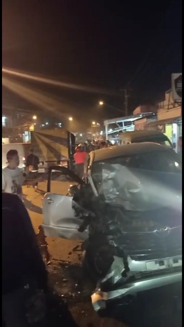Tabrakan beruntun di Cileunyi Bandung,dua orang luka ringan