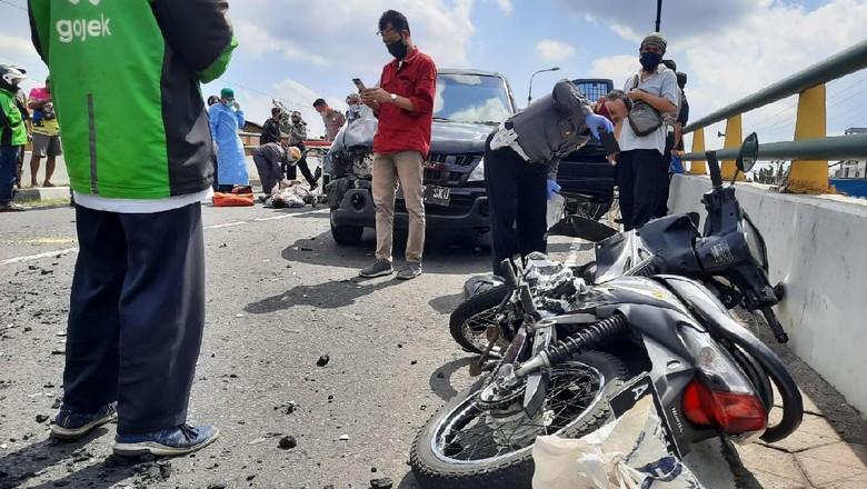 Kecelakaan lalu lintas terjadi di flyover Lempuyangan, Gondokusuman, Yogyakarta, Rabu (1/7/2020).