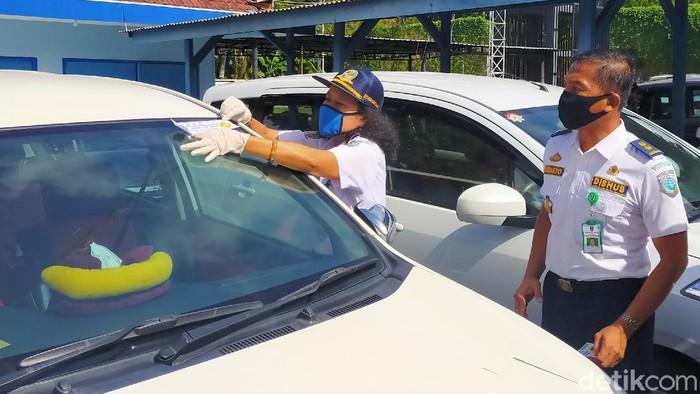 taksi online di Banyuwangi yang terapkan protokol kesehatan ditempel stiker
