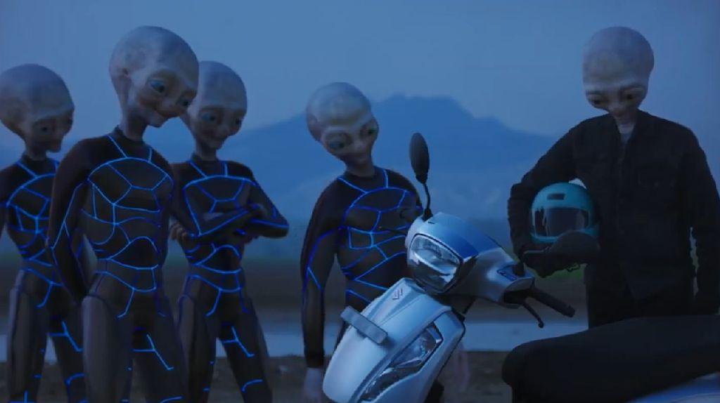 Wow, Motor Skutik Suzuki Ini Sukses Buat Para Alien Terkesan