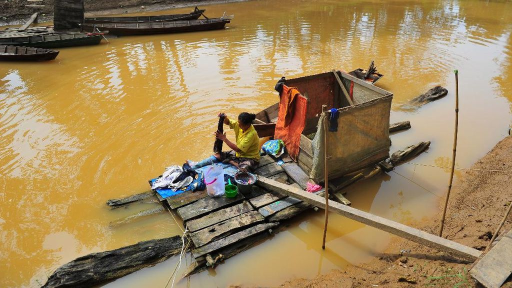 Waduh, Warga di Jambi Cuci Pakaian Pakai Air Keruh